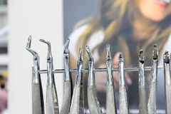 Ferramentas dos dentistas Ferramentas de aço cirúrgicas dos dentistas foto de stock royalty free