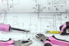 Ferramentas dos trabalhos de casa com projeto cor-de-rosa no modelo Foto de Stock