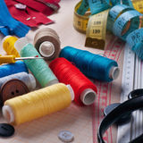 Ferramentas e acessórios da costura no papel de gráfico Imagem de Stock Royalty Free