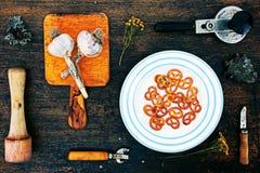 Ferramentas e alimento da cozinha em um fundo de madeira Fotos de Stock Royalty Free