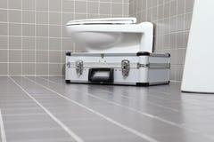 Ferramentas e equipamento do encanador em um banheiro, sondando o servi do reparo fotos de stock