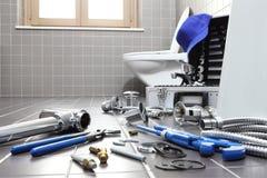 Ferramentas e equipamento do encanador em um banheiro, sondando o servi do reparo fotografia de stock royalty free