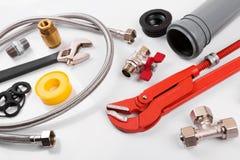 Ferramentas e equipamento do encanamento no branco fotografia de stock