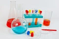 Ferramentas e equipamento para experiências químicas no fundo branco Fotografia de Stock