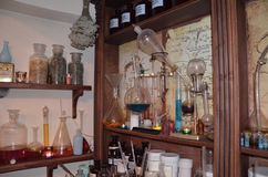 Ferramentas e garrafas de mineração do laboratório do vintage, garrafas e tubos de ensaio sobre imagem de stock