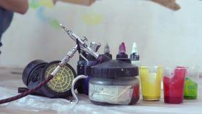 Ferramentas e pinturas para airbrushing vídeos de arquivo