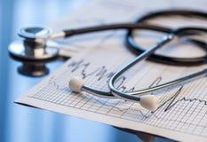 Ferramentas médicas Estetoscópio e cardiograma em uma tabela Fotografia de Stock Royalty Free