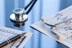 Ferramentas médicas Estetoscópio e cardiograma em uma tabela Foto de Stock