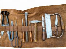 Ferramentas médicas medievais da cirurgia envolvidas no couro imagens de stock