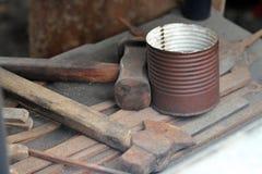 Ferramentas martelo e machado velhos do ferreiro no celeiro foto de stock