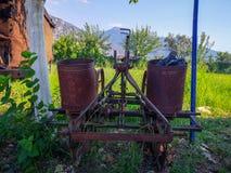 Ferramentas não utilizadas do fazendeiro idoso fotos de stock royalty free