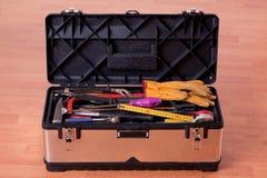 Ferramentas na caixa de ferramentas no assoalho de madeira foto de stock