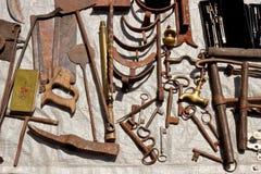 Ferramentas oxidadas velhas do metal em uma feira da ladra fotografia de stock royalty free