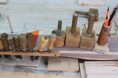 Ferramentas para cinzelar a madeira Fotografia de Stock Royalty Free