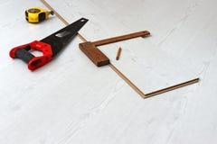 Ferramentas para cortar a placa de assoalho estratificada Fotos de Stock Royalty Free