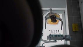 Ferramentas para cuidados dentários no tiro dental do steadicam do escritório O close-up disparou do equipamento médico no escrit vídeos de arquivo