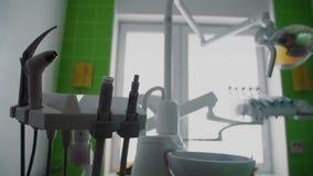 Ferramentas para cuidados dentários no tiro dental do steadicam do escritório O close-up disparou do equipamento médico no escrit video estoque