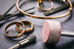 Ferramentas para moer produtos do ouro fotografia de stock