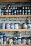 Ferramentas para produtos cerâmicos, vários artigos a ajudar a fazer o produto da argila Imagens de Stock Royalty Free