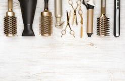 Ferramentas profissionais do armário do cabelo no fundo de madeira com espaço da cópia imagens de stock royalty free