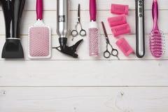 Ferramentas profissionais do cabeleireiro no fundo de madeira das pranchas com espaço da cópia Fotografia de Stock Royalty Free