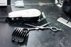 Ferramentas sujas do cabeleireiro na tabela escura fotos de stock
