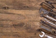 Ferramentas velhas no fundo de madeira Imagens de Stock