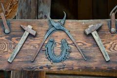 Ferramentas velhas pregadas a uma placa de madeira exhibition fotografia de stock