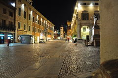 Ferrara Emilia Romagna, Italien Fot- gata vid natt arkivfoto