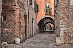 Ferrara, Itália, a aleia medieval através do delle Volte Imagem de Stock