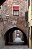 Ferrara, Italië: de schilderachtige overspannen steeg via delle Volte royalty-vrije stock foto