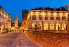 Ferrara, Italia: Opinión de la tarde del centro histórico de Ferrara Vieja arquitectura iluminada y las señales de la ciudad imagenes de archivo