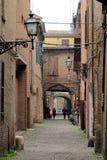 Ferrara, Italien Die malerische gew?lbte Gasse ?ber delle Volte stockbilder