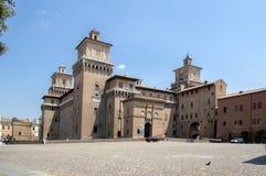 FERRARA, ITALIEN - Juni 13, 2017, Ferrara gator med sikt och folk, Castello Estense royaltyfria foton