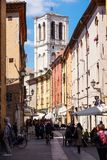 Ferrara Italien - Maj 11, 2013 Sikten av gammal byggnad med folk och shoppar, nära den Ferrara domkyrkan i mitten av Royaltyfri Bild