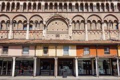 Ferrara Italien - Maj 11, 2013 Sikten av gammal byggnad med folk och shoppar, nära den Ferrara domkyrkan i mitten av Royaltyfria Bilder
