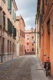 Ferrara, stara wąska ulica, Włochy Obrazy Stock