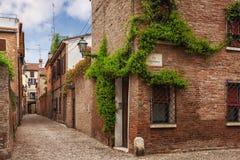 Ferrara, stara wąska ulica, Włochy Zdjęcie Stock