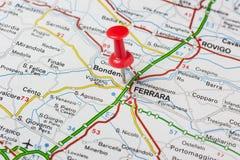 Ferrara steckte auf eine Karte von Italien fest Lizenzfreie Stockbilder