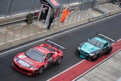 Ferrari 458 och BMW Z4 FIA GT Göra full av hål-stoppar Royaltyfria Bilder
