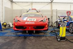 Ferrari 458 Uitdaging in garage Stock Foto's