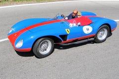 Ferrari 500 TRC 1957 - Vernasca silberne Markierungsfahne 2011 Lizenzfreie Stockfotos