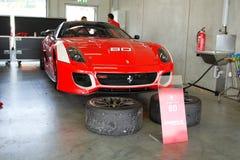 Ferrari 599XX en garage Fotos de archivo libres de regalías