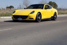 Ferrari amarillo en el camino Imagen de archivo libre de regalías