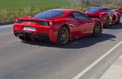 Ferrari-Autos, die auf Linie Eintritt warten Stockfotos