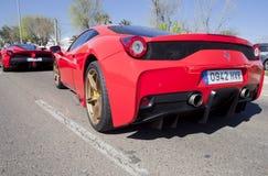Ferrari-Autos, die auf Linie Eintritt warten Stockbild