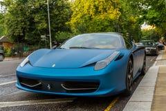 Ferrari azul 458 estacionou na rua em Londres foto de stock