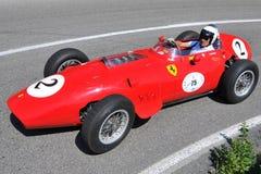 Ferrari Dino F1 1959 - Vernasca silberne Markierungsfahne 2011 Stockbilder