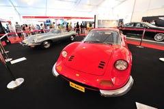 Ferrari Dino 246 GT i Jaguar typ klasyczni samochody na pokazie podczas Singapur jachtu przedstawienia przy Jeden stopnia 15 Marin Fotografia Royalty Free