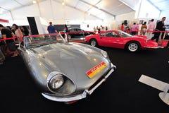 Ferrari Dino 246 GT i Jaguar typ klasyczni samochody na pokazie podczas Singapur jachtu przedstawienia przy Jeden stopnia 15 Marin Obraz Royalty Free